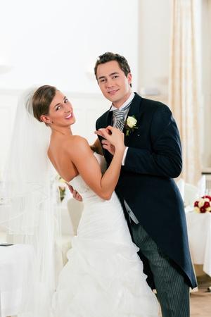 vőlegény: Menyasszony és a vőlegény tánc az első tánc esküvő napján Stock fotó