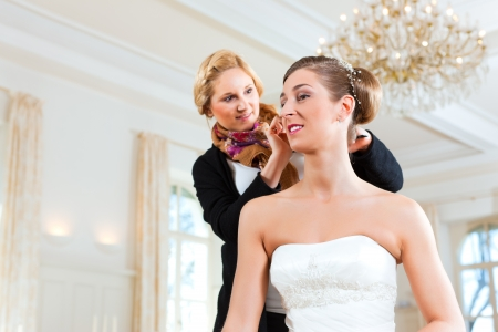 lustre: Stylist pinning up a brides hairstyle before the wedding Stock Photo