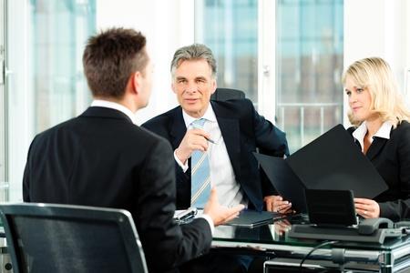 recursos humanos: Negocios - joven sentada en la entrevista de trabajo Foto de archivo