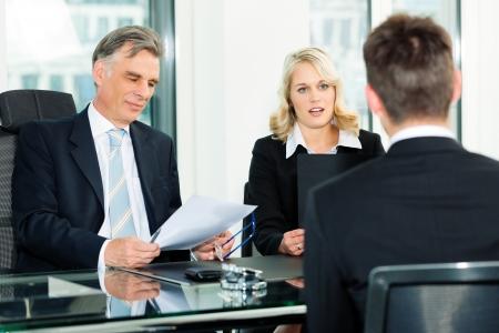 ビジネス - ジョブのインタビューに座っている若い男