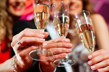 hôtesse: Personnes avec champagne dans un bar ou un casino ayant beaucoup de plaisir
