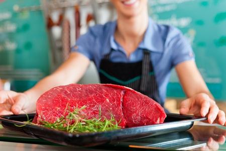 Carnicería: Trabajo en la tienda del carnicero - Asistente de tienda con carne