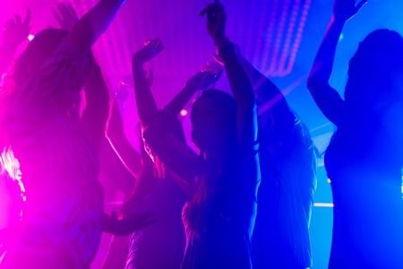 Grupo de parte de personas - hombres y mujeres - bailando en un discoteca club a la música Foto de archivo