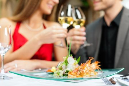 gourmet dinner: Pareja Rom�ntica cena o almuerzo en un restaurante gourmet Foto de archivo