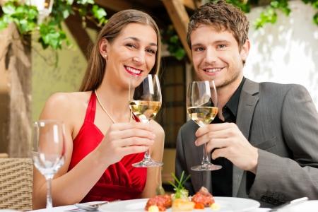 diner romantique: Couple romantique d�ner ou d�jeuner dans un restaurant gastronomique