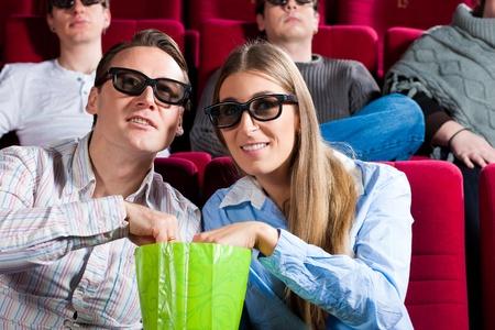 the 3d: Pareja en el cine viendo una pel�cula en 3D Foto de archivo