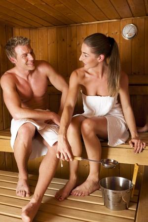 Zwei Personen - ein paar - genie�en eine hei�e Sauna, mit einem l�ssig chat