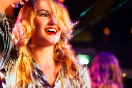 éxtasis: Mujer en el club o bar que se divierten - Clubbing