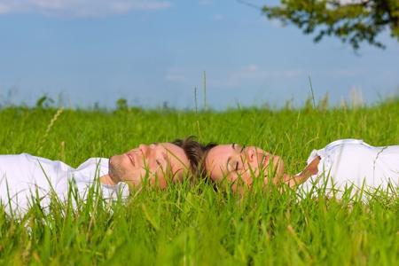 pareja durmiendo: Pareja feliz en un Prado en verano soñar con su futuro compartido
