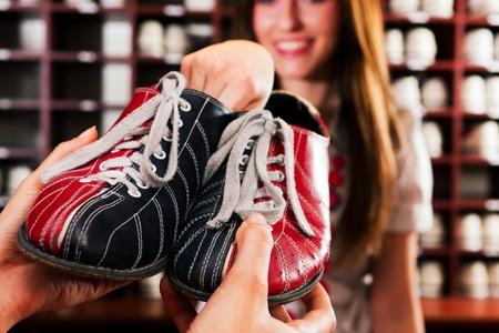 bowling: Mujer pedir prestado unos zapatos de bolos en un club de entretenimiento