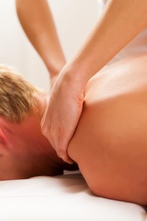 drenaggio: Paziente presso la fisioterapia ottiene drenaggio massaggio o linfatico