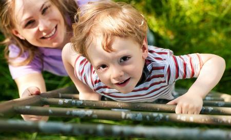 niño trepando: Niño y su madre, subiendo una escalera, que quieren llegar a su casa en el árbol (la casa para no ser visto) Foto de archivo