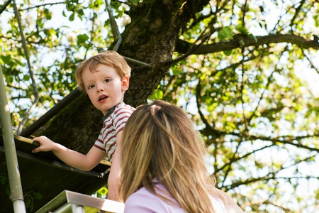 niño trepando: Niño pequeño y su madre subiendo una escalera, que quieren llegar a su casa en el árbol (la casa no se ve)