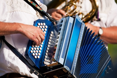 acordeón: Banda tradicional Bávaro con acordeón y tuba jugando sólo marchando música, manos de músicos a verse