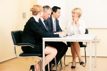 empleados trabajando: Equipo de pequeñas empresas con una reunión en la Oficina, sentado en una mesa redonda varios temas