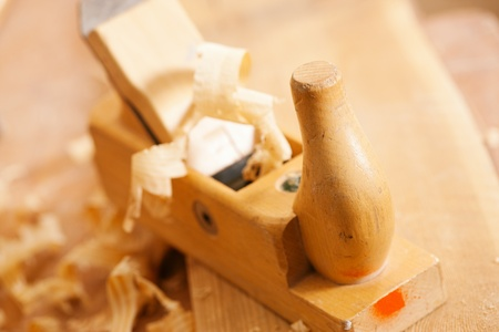 wood planer: Used wood planer in the workshop of a carpenter with shavings of wood, standing on a workbench
