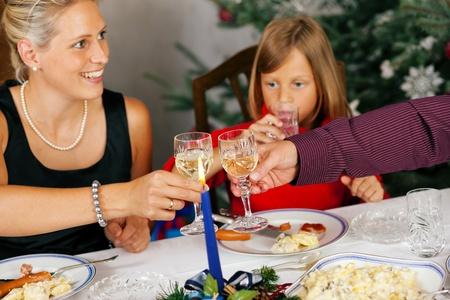santa cena: Familia comiendo una tradicional cena de Navidad del árbol de Navidad