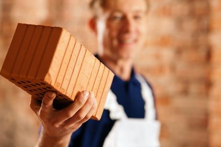 bricklayer: Alba�il de ladrillo en una obra, se centra en el ladrillo!
