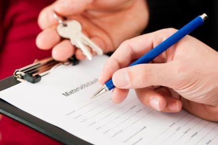 courtier: Louer un appartement - Locataire Remplissage auto-divulgation (signe est �crit en allemand); close-up sur le formulaire