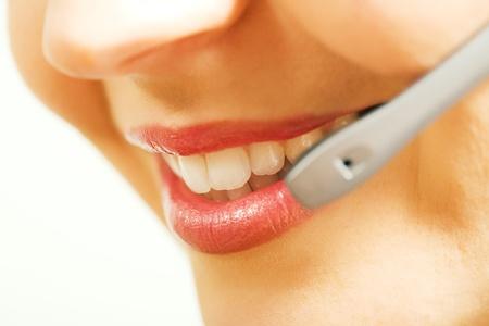 agente: Close-up (bocca) di un operatore amichevole, femmina, call center