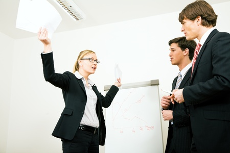 personas discutiendo: Mujer de negocios en una posici�n defensiva Foto de archivo