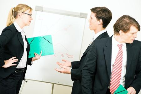 desacuerdo: Equipo de negocios en el medio de una discusión Foto de archivo