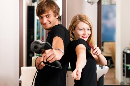 estilista: Dos peluquer�a - hombre y mujer - posando para la c�mara en la peluquer�a