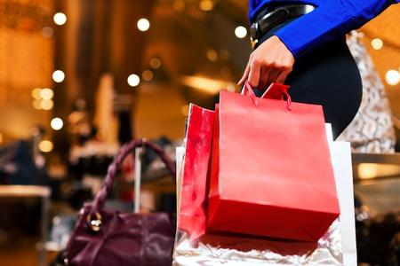 plaza comercial: mujer en un centro comercial de compras con bolsas de colores Foto de archivo