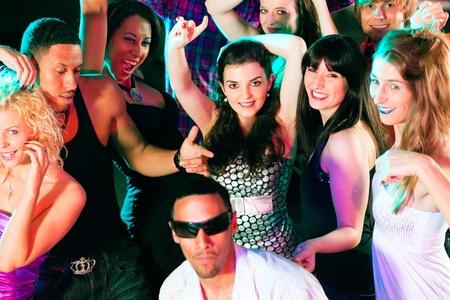 Tanz-Aktion in einem Disco-Club - Gruppe von Freunden, M�nnern und Frauen unterschiedlicher ethnischer Herkunft, tanzte zu der Musik mit viel Spa�