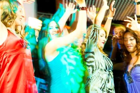 dance music: Groep van de partij van mensen - mannen en vrouwen - dansen in een discotheek aan de muziek
