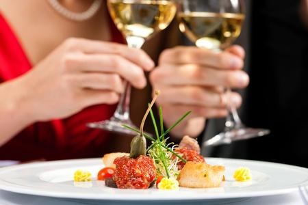 グルメ レストランでロマンチックな夕食または昼食のためのカップル