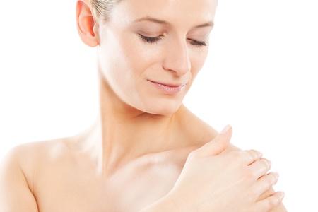 firmeza: Hermosa mujer ejecuta la mano sobre su piel suave