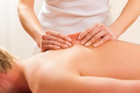 masoterapia: Paciente en la rehabilitación de drenaje se masaje linfático o Foto de archivo