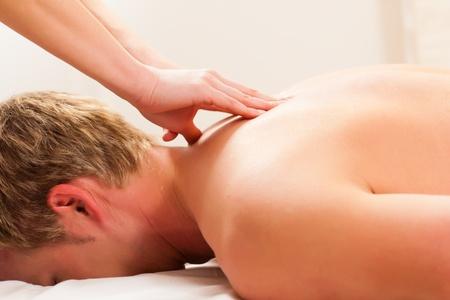 masaje: Paciente en la fisioterapia obtiene drenaje masaje o linf�tico
