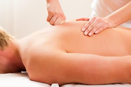 fisioterapia: Paciente en la rehabilitaci�n de drenaje se masaje linf�tico o Foto de archivo