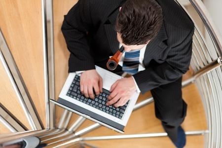 closing business: Empresario de trabajo en casa con su port�til sentado en las escaleras de su apartamento Foto de archivo