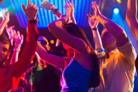 disco parties: Grupo de personas del partido - los hombres y mujeres - bailando en una discoteca con la m�sica Foto de archivo