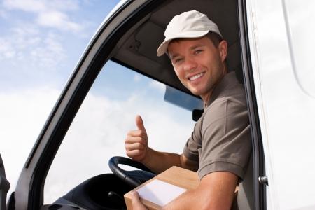 facteur: Service postal - livraison d'un colis � travers un service de livraison