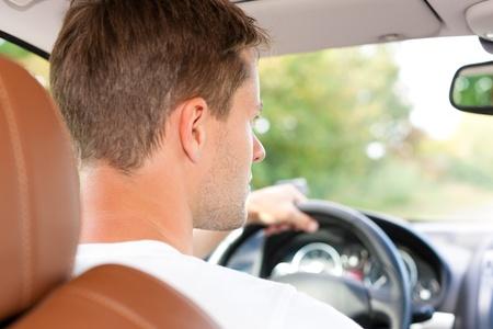 Driver zit in zijn auto of busje en rijdt Stockfoto