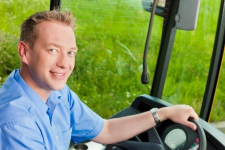 chofer de autobus: Conductor de autobús sentado en su autobús de gira