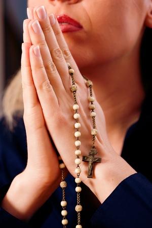 różaniec: Kobieta (tylko zbliżenie rąk należy rozpatrywać) z różańcem wysłanie modlitwę do Boga, ciemne ustawienie sugeruje, że jest smutny lub samotny