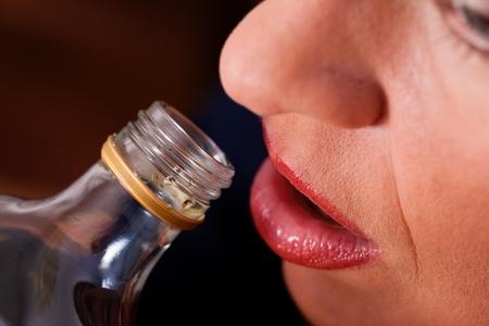 alcoholismo: Mujer sentada en camino a casa para beber demasiado brandy, ella es adicta Foto de archivo