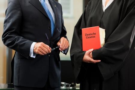 advocate: Abogada con el c�digo de derecho civil alem�n y el cliente - torsos s�lo para ser visto, de cerca