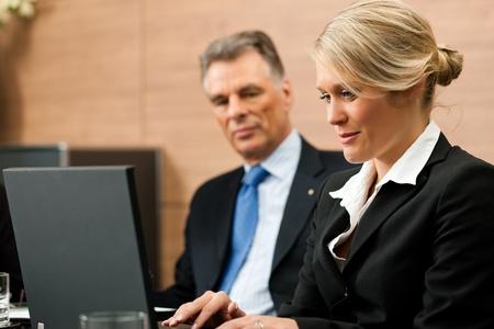 dictating: Abogado con su secretaria en su oficina, es obvio que es algo que dicta Foto de archivo