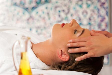 Wellness - Frau erhält Massage in Spa; es handelt sich um eine Kopfmassage Stock Photo - 10965265