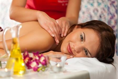 massage oil: Bien-�tre - une femme se massage dans le spa, c'est un massage du dos traditionnelle