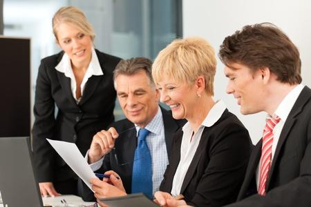 empleados trabajando: Negocios - reuni�n del equipo en una oficina con computadora port�til, el jefe con sus empleados