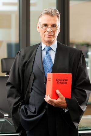 abogado: Abogado con el c�digo de derecho civil en un tribunal