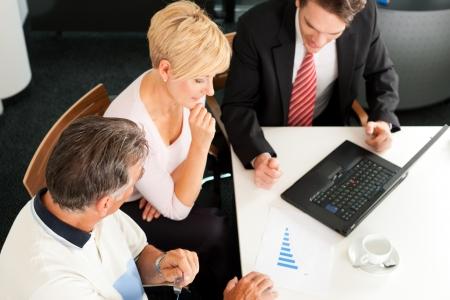 agente comercial: Pareja joven con asesor financiero jóvenes - están planeando su jubilación