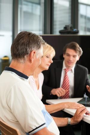 agente comercial: Pareja joven con asesor financiero j�venes - est�n planeando su jubilaci�n